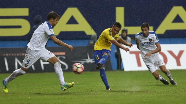 Álvaro García prueba fortuna desde fuera del área en un partido en Carranza de esta temporada ante el UCAM.