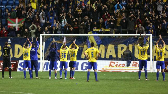 Los futbolistas celebran el triunfo ante el Zaragoza junto a su afición.
