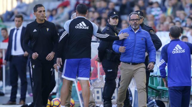 Momento en el que Cervera es expulsado y Roberto Perera se queda al frente del equipo en el banquillo en Córdoba
