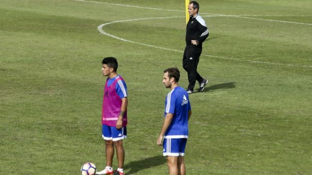 Gastón del Castillo y Gorka Santamaría, en un entrenamiento con Cervera presente.