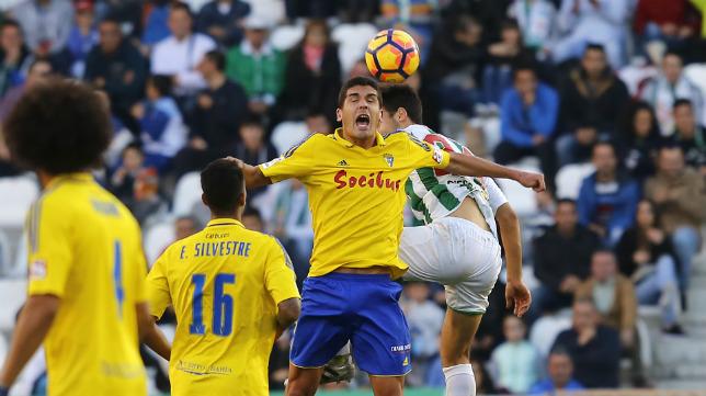 Eddy, de espaldas. observa como Garrido lucha un balón de cabeza.