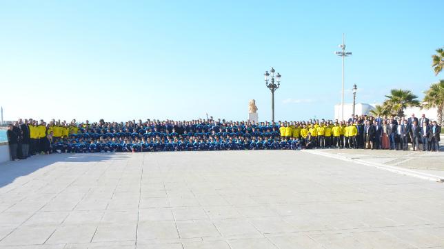 Todos los equipos del Cádiz CF se fotografiaron juntos tras la comida.