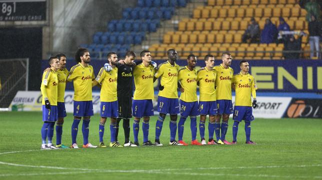 Cádiz CF y Zaragoza guardaron un minuto de silencio por la tragedia aérea de Colombia.