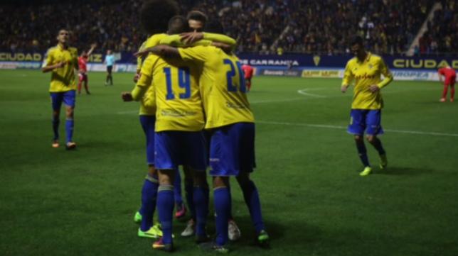 Ortuño celebró con sus compañeros el gol que abrió el partido.