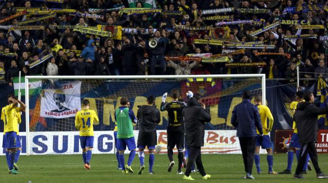 Grada y equipo se agradecen el esfuerzo mutuo tras el 4-1 al Sevilla Atlético.