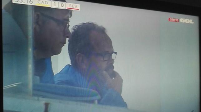 Cervera fue captado por las cámaras de Gol mientras veía el partido en un palco junto a Javier Manzano.