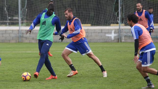Sankaré aguanta el balón ante Ortuño en el entrenamiento.