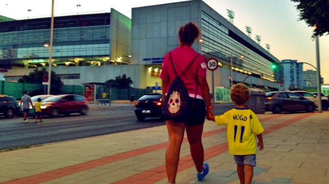El pequeño Hugo, de la mano ed su madre, camino de Carranza.