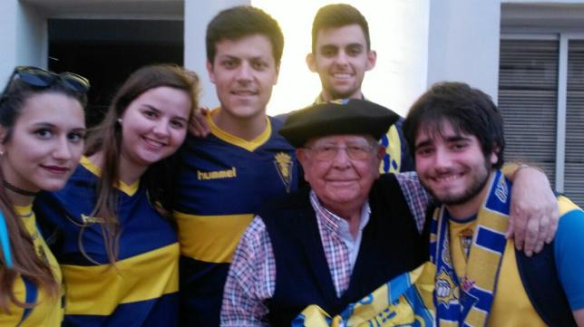 El Padre Luis, junto a varios alumnos del colegio San Felipe Neri el día de la celebración del ascenso en Cádiz.