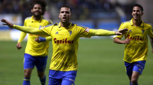 Ortuño celebra un gol ante el Sevilla Atlético en el último partido de la temporada pasada que el Cádiz CF jugó en Carranza.