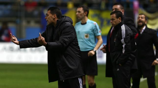 Roberto Perera da instrucciones desde el banquillo del Cádiz CF.