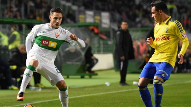 Rober Correa en una jugada ante Álvaro García (FOTO: Elche CF).
