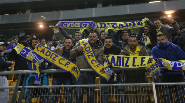 Un grupo de aficionados en el Carranza.