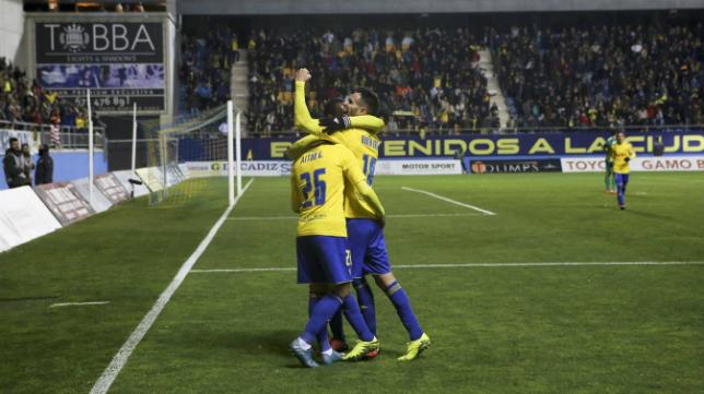 Rubén Cruz abraza a Aitor tras su gol ante el Almería.