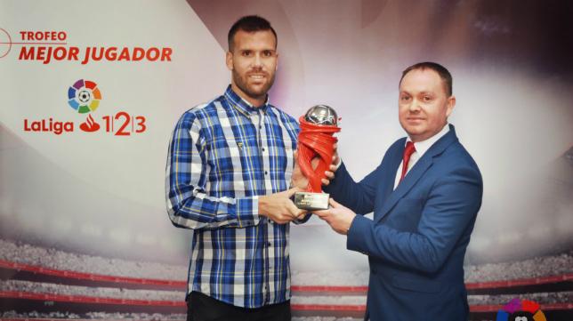 Ortuño recibe el premio a mejor jugador de la liga en diciembre.