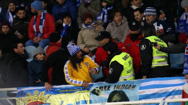 Momento en que el miembro de seguridad insta a retirar la bandera del Cádiz CF al aficionado realista. / Mundo Deportivo