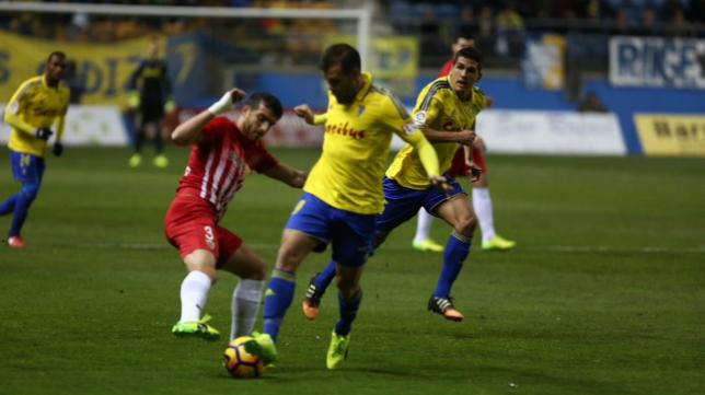 Ortuño, con la elástica del Cádiz CF, en un encuentro ante el Almería.
