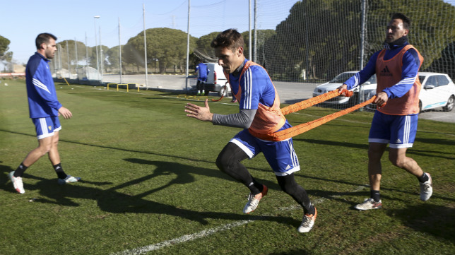 Migue González sujeta a Brian Oliván durante un ejercicio de potencia.