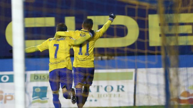 Álvaro García y Salvi celebran un gol con el Cádiz CF.
