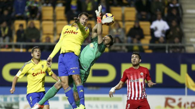 Ortuño fue al choque con Casto en varias ocasiones.