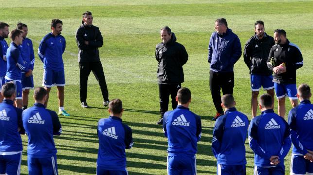 Álvaro Cervera dirige a sus pupilos en el primer entrenamiento del año.