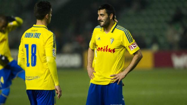 Dani Güiza y Rubén Cruz hablan durante el partido en Elche