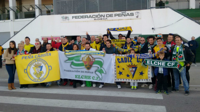 Aficionados de Elche y Cádiz disfrutan en las horas previas al encuentro.