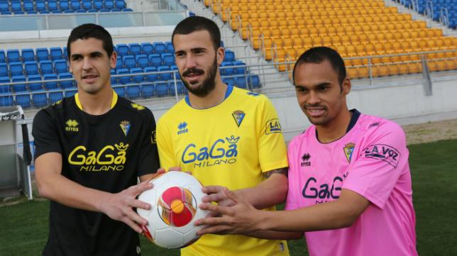 Paulinho, en su presentación junto a Garrido y Dioni.