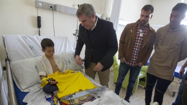Vizcaíno entrega la camiseta del Cádiz CF a uno de los pequeños junto a Ortuño y Eddy Silvestre.