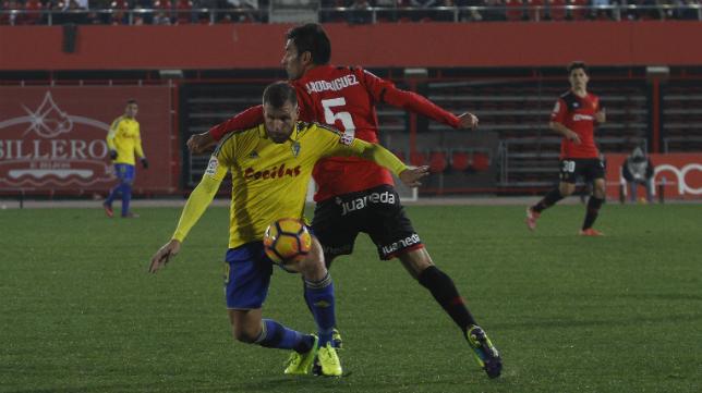 Ortuño pelea un balón en el choque ante el Mallorca