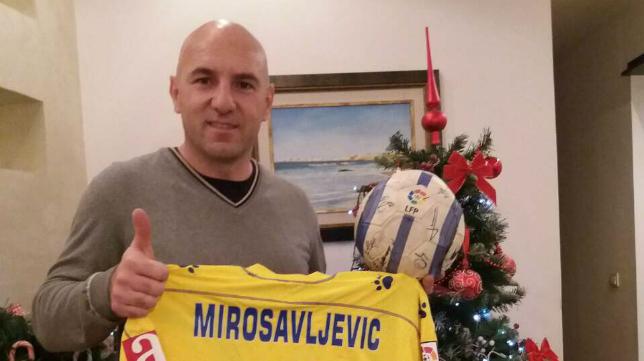 Mirosavljevic posa para Canal Amarillo desde Serbia con el balón con el que marcó los tres goles al Valladolid.