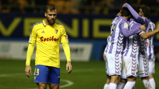 Ortuño, cabizbajo, en el partido de la temporada pasada que ganó el Valladolid en Carranza.