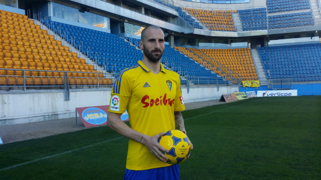 Iván Malón posa con la camiseta del Cádiz CF en su presentación.