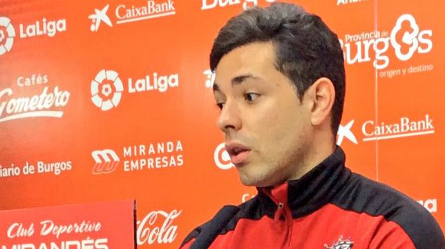 Álvaro Bustos, jugador del Mirandés: Foto: CD Mirandés.