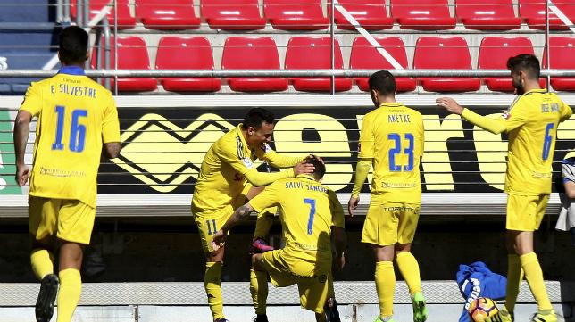 Álvaro y Salvi celebran un gol del Cádiz CF en Soria ante el Numancia.