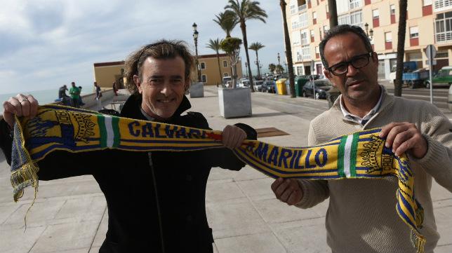 Juan Carlos Aragón y Álvaro Cervera posan con una bufanda del Cádiz CF.