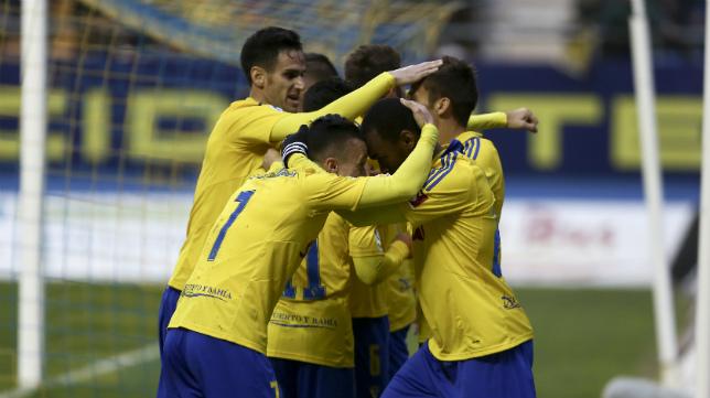 Abdullah y Salvi celebran el primer gol del Cádiz CF ante el Mirandés.