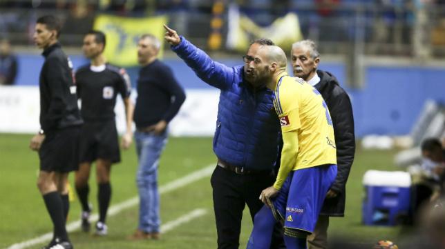 Cervera da instrucciones a Malón antes de darle entrada para que debutase.