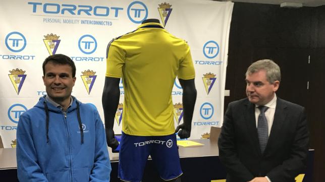 El presidente del Cádiz CF, Manuel Vizcaíno, y el responsable de Torrot, Iván Contreras presentaron el acuerdo. CCF