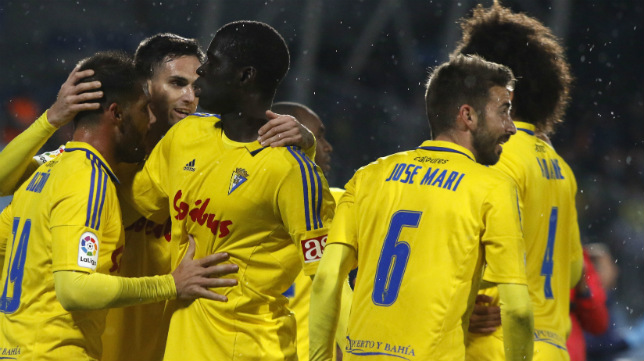 José Mari celebra un gol de Sankaré con sus compañeros.