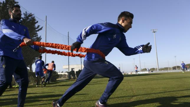 Güiza sujeta a Álvaro García en un entrenamiento de esfuerzo.