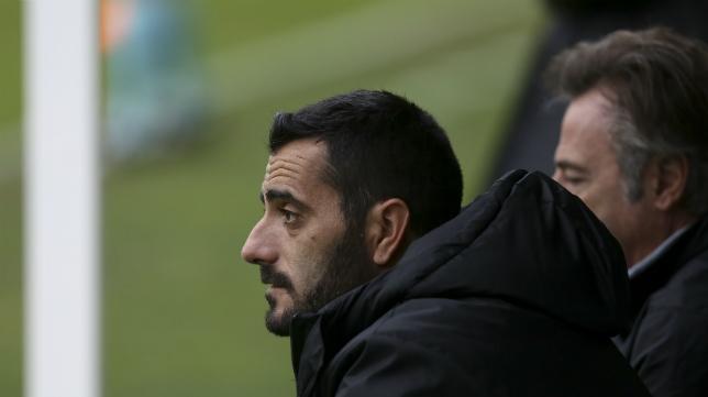 Dani Güiza, en el banquillo, durante el partido en Carranza ante el Reus.