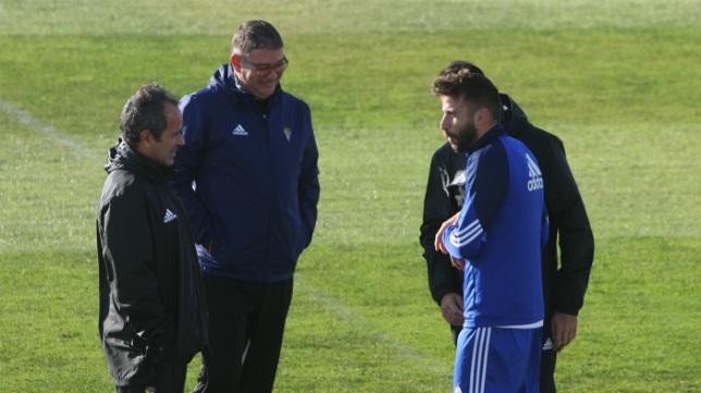 José Mari habla con el cuerpo técnico en un entrenamiento.