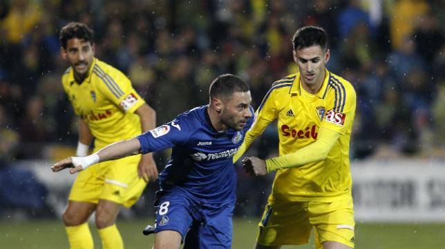 Rubén Cruz intenta hacerse con la pelota.