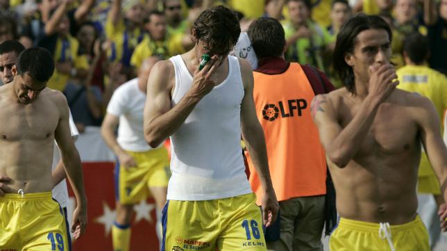 Sesma, Fleuquin y Lobos abandonan el campo tras regalar sus camisetas a la afición en Getafe.
