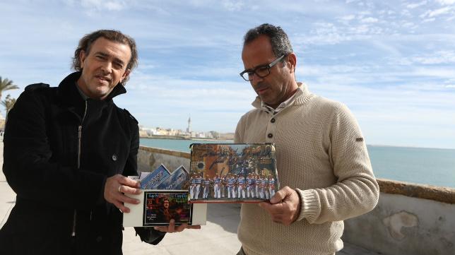 Juan Carlos Aragón y Álvaro Cervera muestran los CD's que el autor ha regalado al entrenador con todas sus agrupaciones.