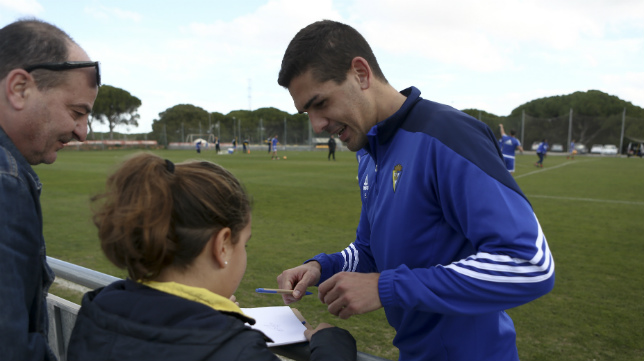Garrido firma un autógrafo a una aficionada en El Rosal.