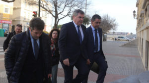 El presidente cadista Manuel Vizcaíno durante su llegada al juicio contra Carlos Medina.