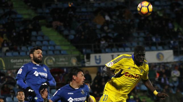 Jorge Molina se eleva junto a Sankaré en busca del balón.