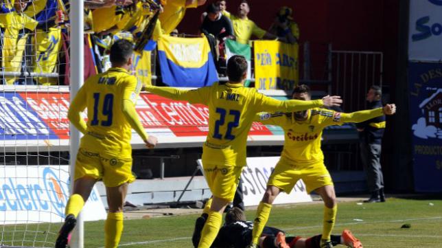 Imaz celebra su gol con sus compañeros y dirigiéndose a la grada de los cadistas.